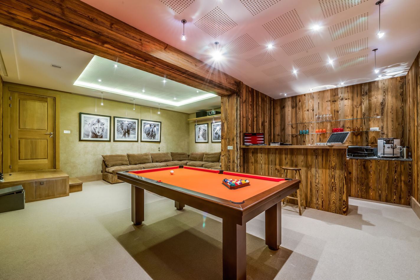 mont-tremblant-bar-and-games-room