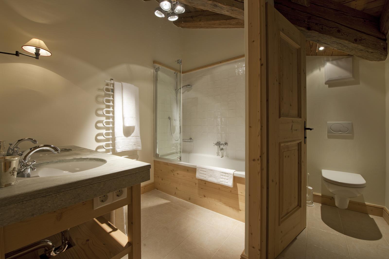 chalet-antoinette-bathroom-2