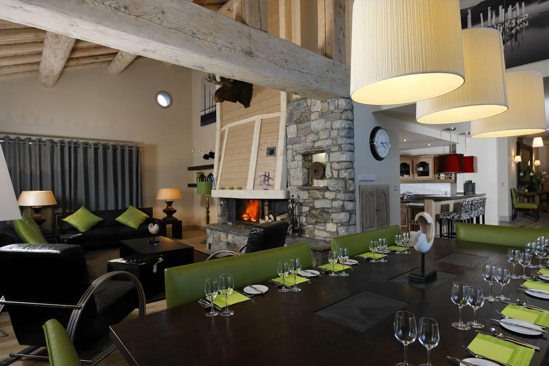 interior-of-yellowstone-lodge-14