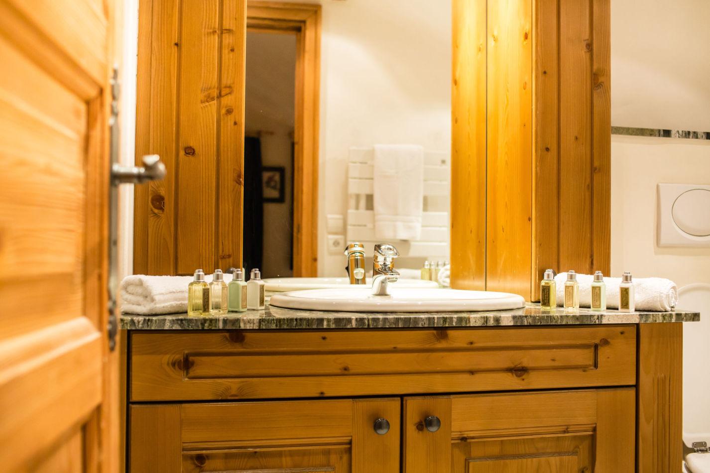 chalet-maisonnee-a-bathroom-1