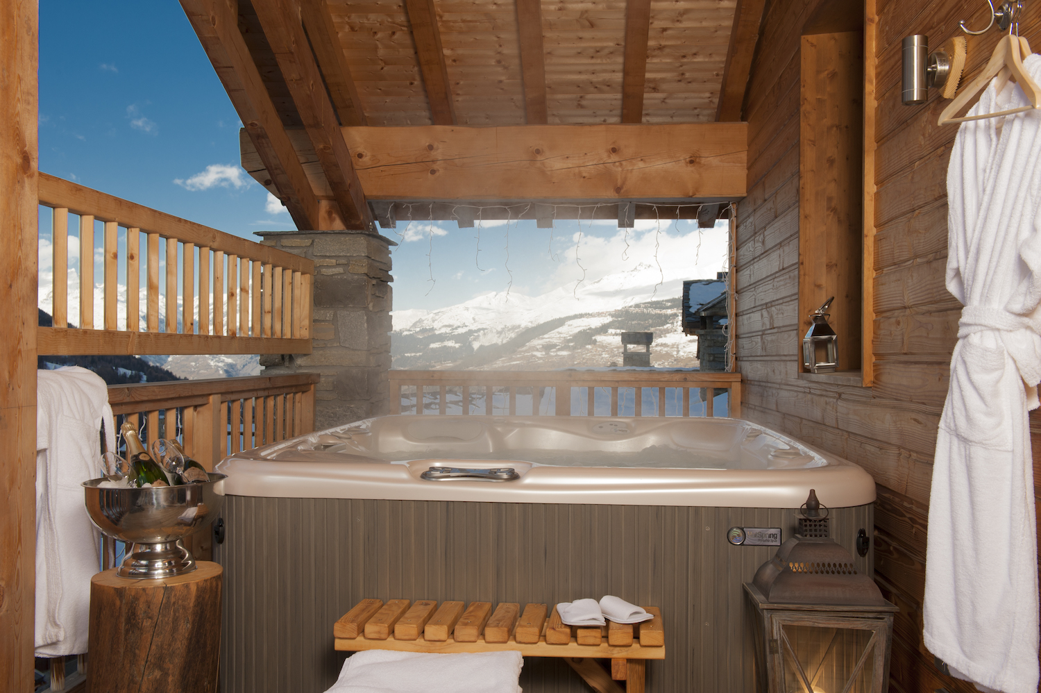 the-hot-tub-on-the-balcony-of-chalet-la-marquise