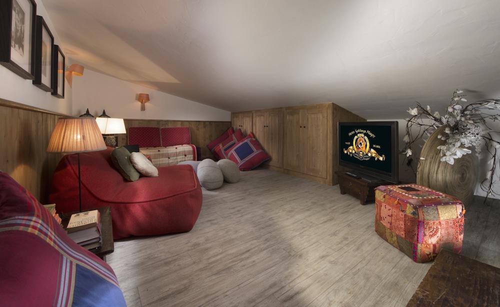 chalet-lenamaste-tv-room