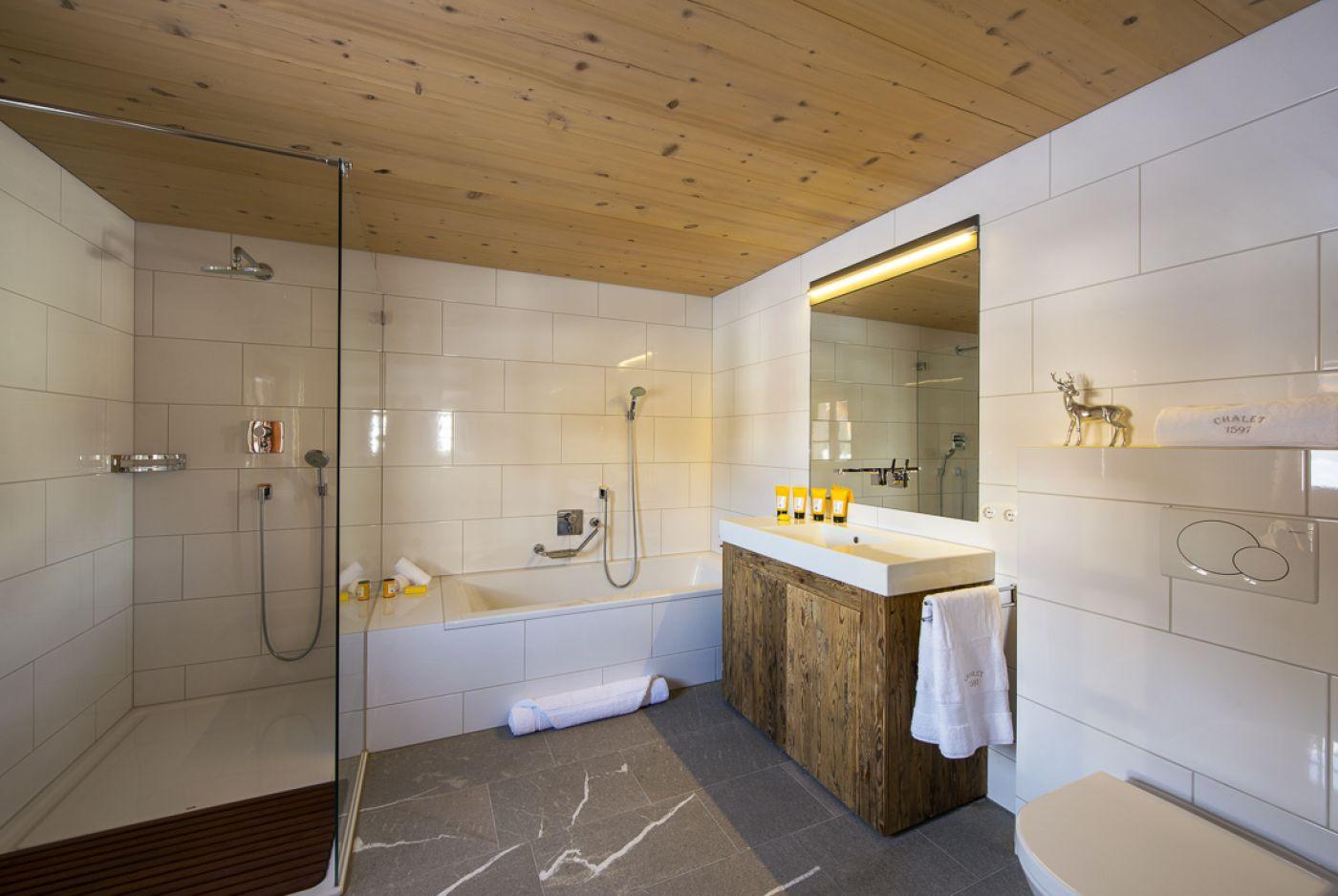 16chalet-1597-bathroom3-2