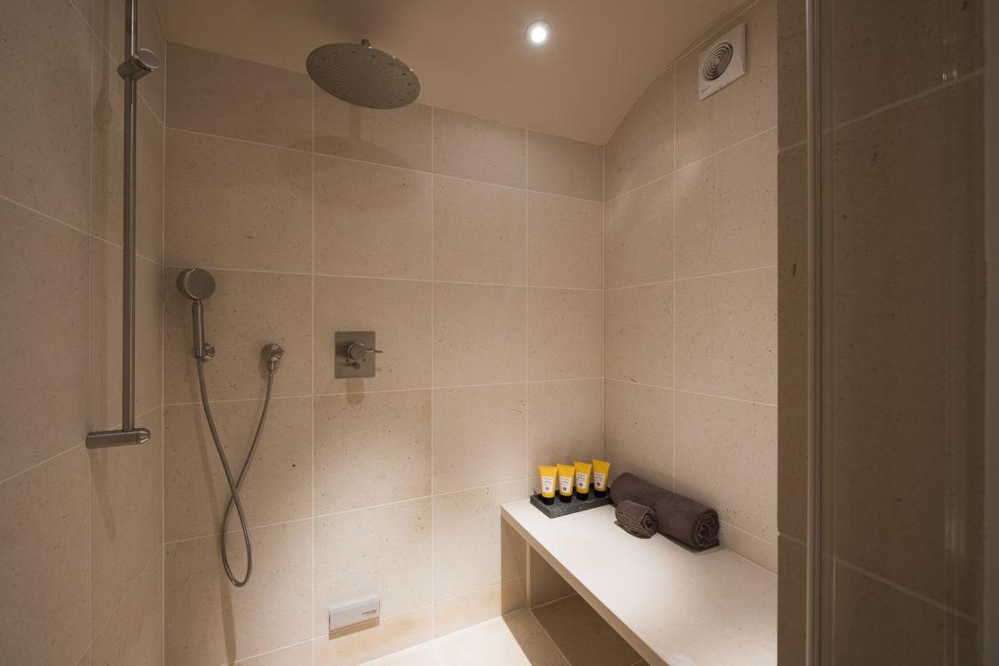 chalet-delormes-shower-2