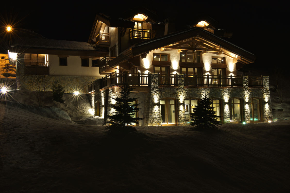 shemshak-lodge-exterior-night-2