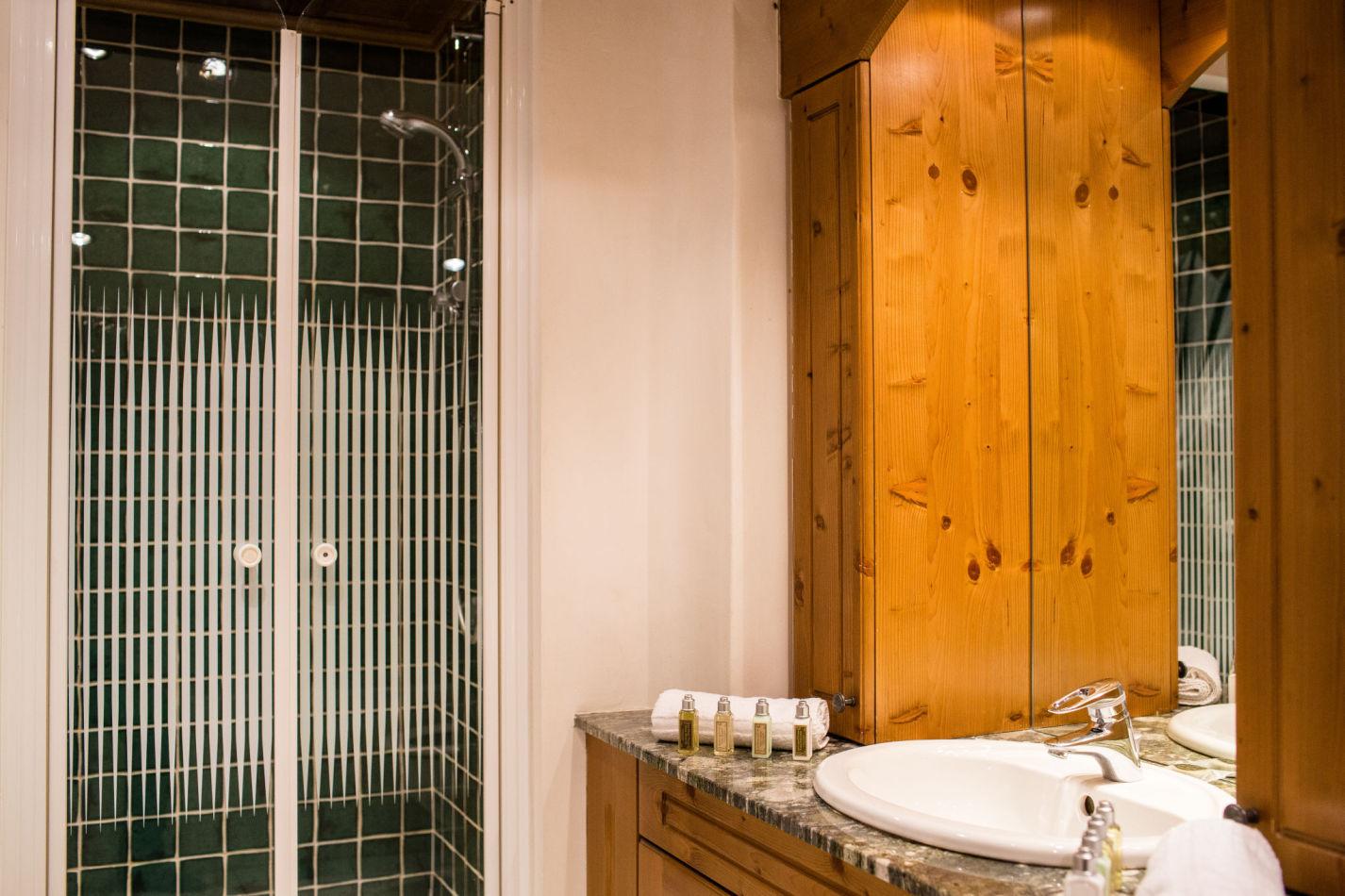 chalet-maisonnee-a-bathroom-2