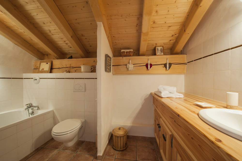 ensuite-bathrom-to-bedroom-1-chalet-alexandria-sainte-foy-premiere-neige