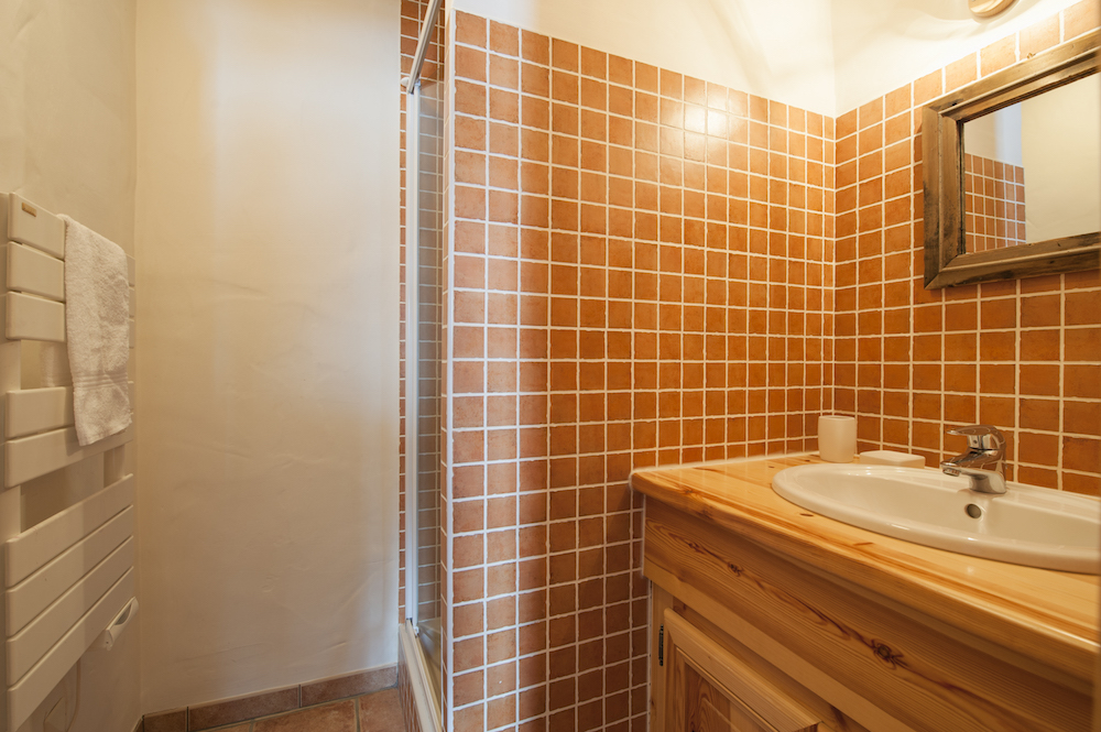 ensuite-bathroom-to-bedroom-3-chalet-alexandria-sainte-foy-premiere-neige