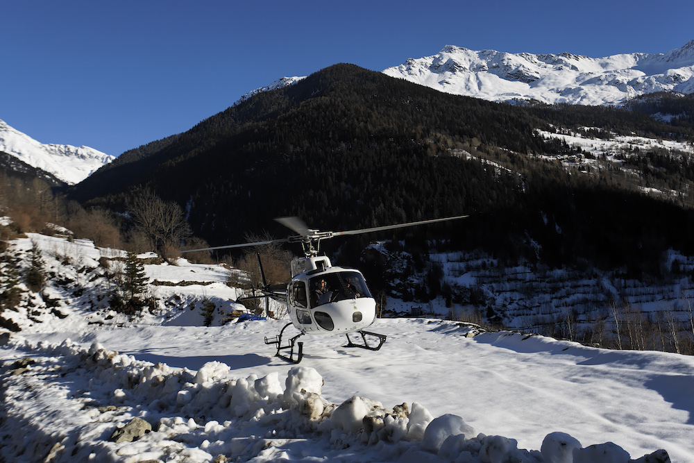 helicopter-arrival-to-chalet-merlo