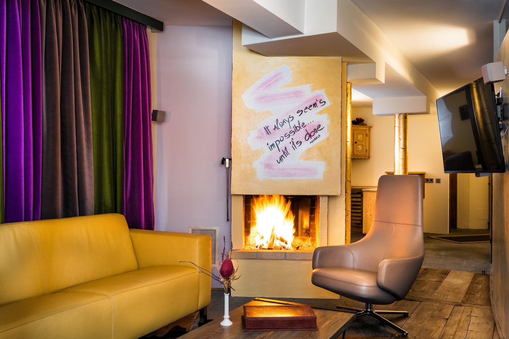 lounge-bereich-der-grandsuite-im-antonerhof