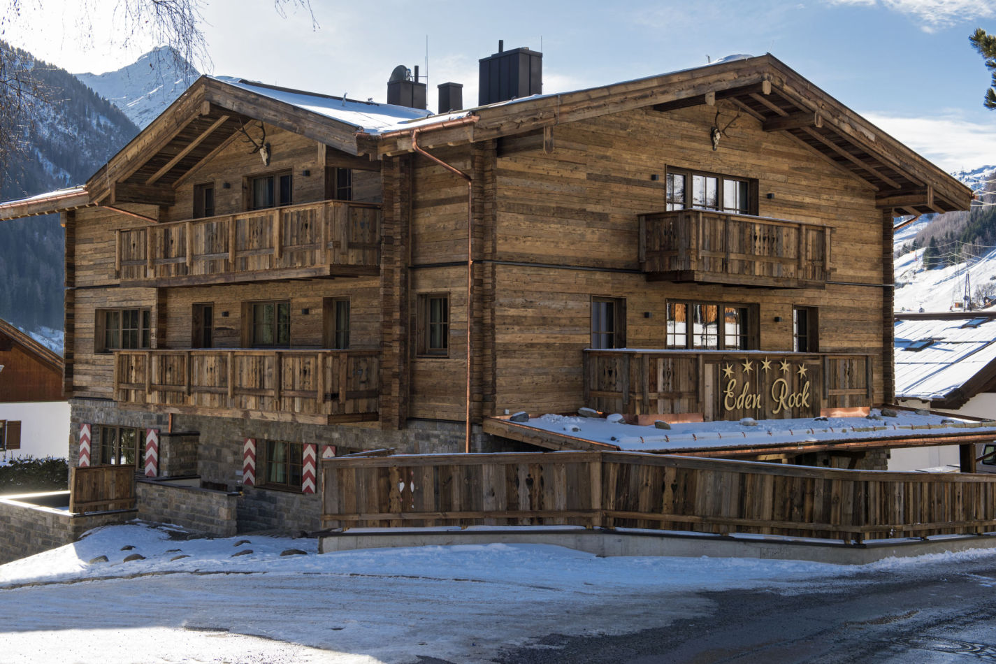 Chalet Eden Rock, view from the snow-covered exterior